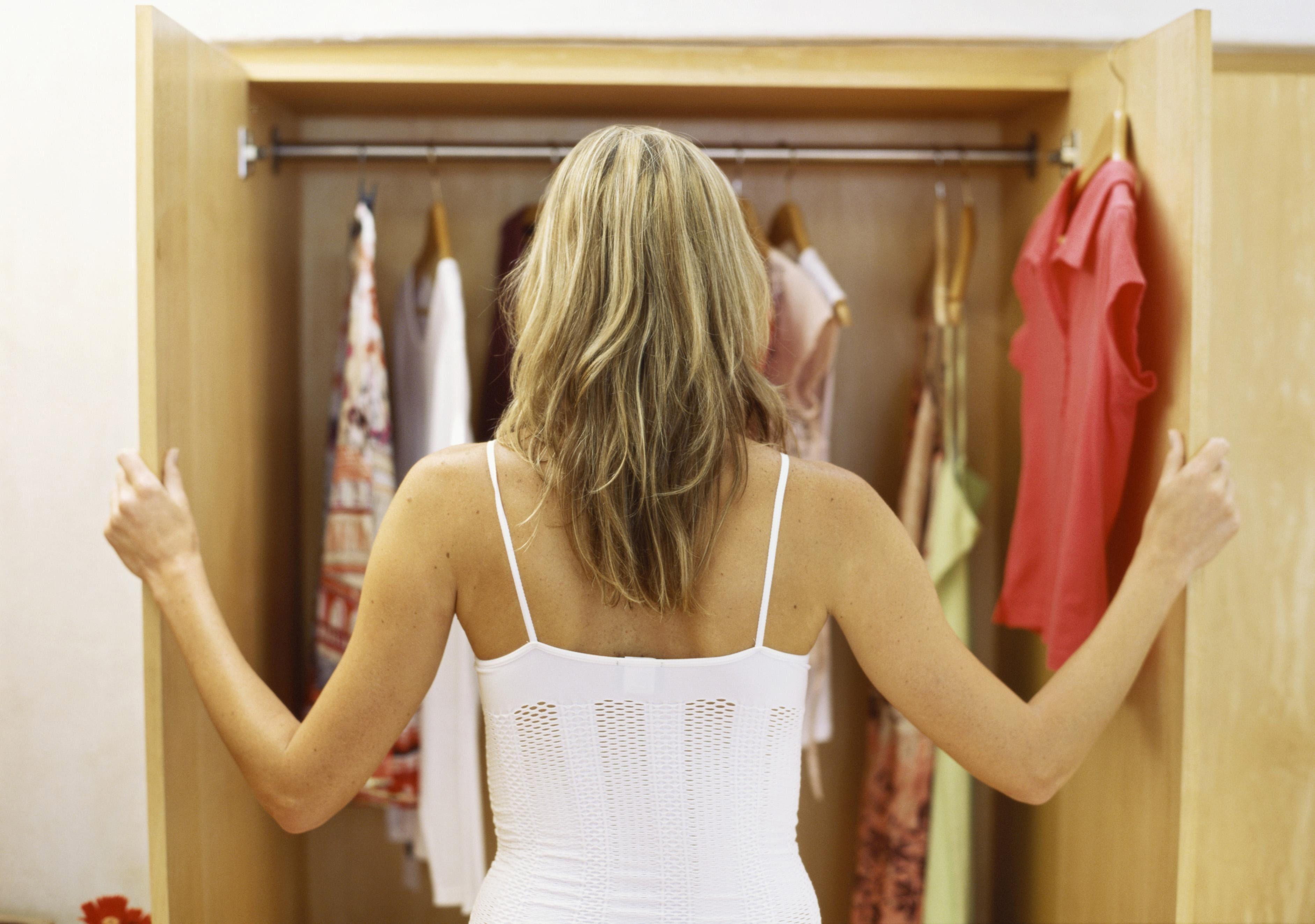 У девушек отбирают одежду 17 фотография