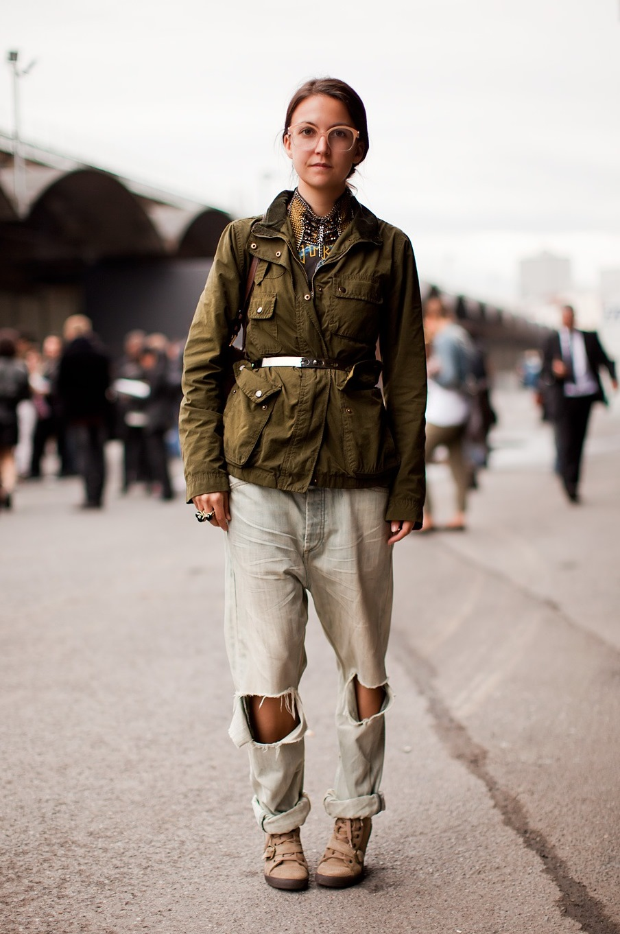 стиль милитари женское платье и джинсы