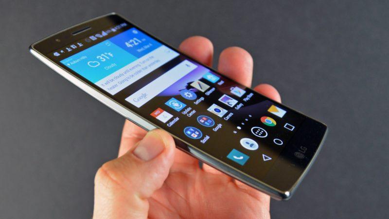 Выгнутый LG G Flex в руках